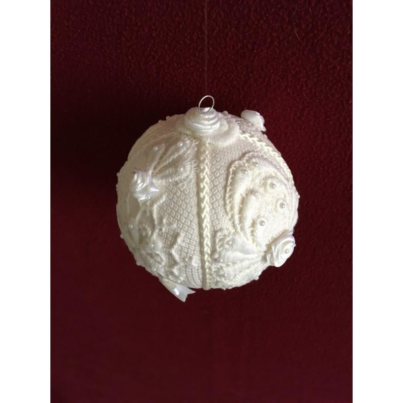 Kerstbal met ruitjes damast en strikjes, pareltjes en koord Ø 6 cm €4,95