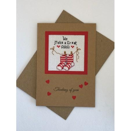 Kerstbal met handgeborduurde poes in kerstlaars Ø 10 cm